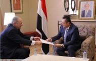 سفير مصر بالسعودية يُسلم رئيس الحكومة اليمنية دعوة لزيارة القاهرة