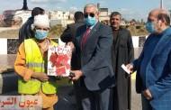 رئيس مدينة بلبيس يكرم عامل نظافة لإخلاصه وتفانيه فى عمله