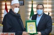 محافظ الشرقية يُكرم وكيل وزارة الأوقاف السابق بمنحه شعار المحافظة