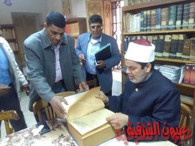 جولة تفقدية لوكيل أزهر الشرقية بمكتبة معهد الزقازيق الديني
