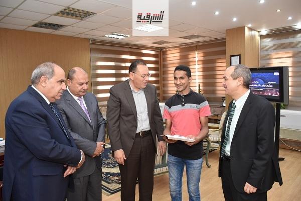 محافظ الشرقية يُكرم الطالب الكفيف محمد أشرف الحافظ للقرآن الكريم