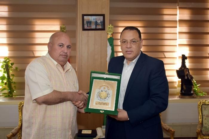 محافظ الشرقية يُكرم رئيس مجلس مدينة ديرب نجم السابق تقديراً لما بذله من مجهودات وإخلاص في العمل في الفترة الماضية