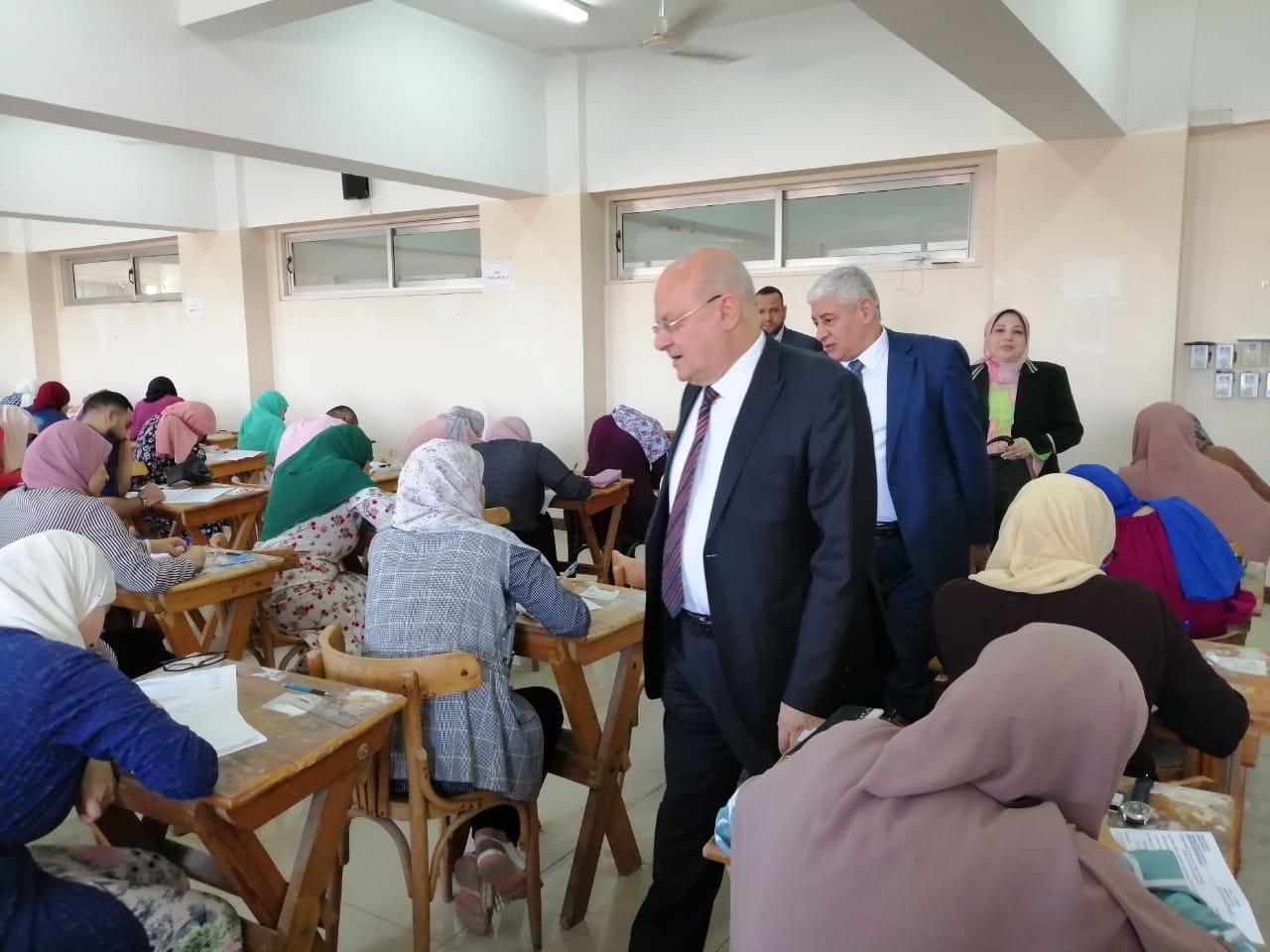رئيس جامعة الزقازيق يبدأ جولاته التفقدية لأعمال امتحانات الفصل الدراسي الثاني بكلية الطب