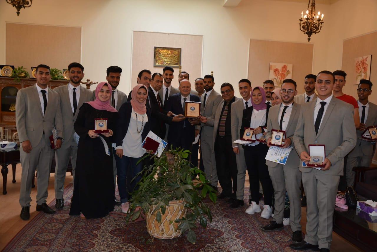 آداب الزقازيق تكرم رئيس الجامعة في ختام الأنشطة الطلابية وتكريم المتفوقين