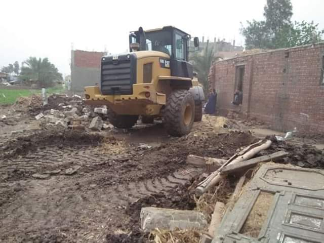حملات مكبرة لإزالة التعديات على الأراضي الزراعية بقري ديرب نجم
