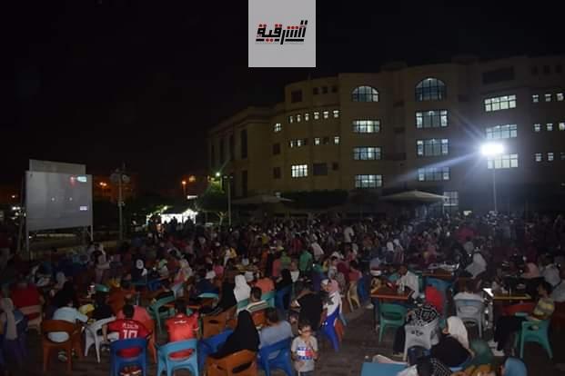 توافد أهالي الشرقية أمام شاشات العرض بالكافيهات والأندية لـ مشاهدة مباراة مصر وزيمبابوي
