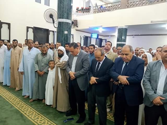 محافظ الشرقية يشارك في تشييع جثمان شهيد الواجب الوطنى بقرية أشكر بفاقوس