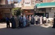 غضب واستياء شديد بين أهالي مركز أبوحماد بسبب الازدحام أمام مكاتب البريد.