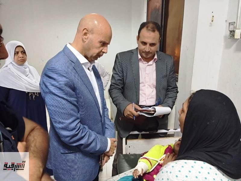 محافظ الشرقية يطمئن على الحالة الصحية لطفلة تعرضت للتعذيب من ذويها بمستشفى أبو حماد المركزي