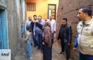 غراب يتفقد منازل المتضررين من مياه الأمطار بكفر العزازي بمركز أبوحماد