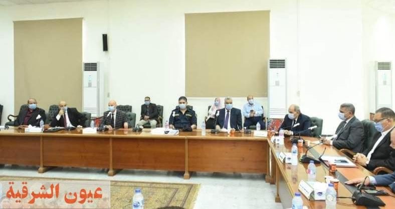 محافظ الشرقية يجتمع بأعضاء اللجنة العليا لمتابعة الإجراءات الإحترازية للوقاية من فيروس كورونا بالمناطق الصناعية بمجلس الأمناء بالعاشر