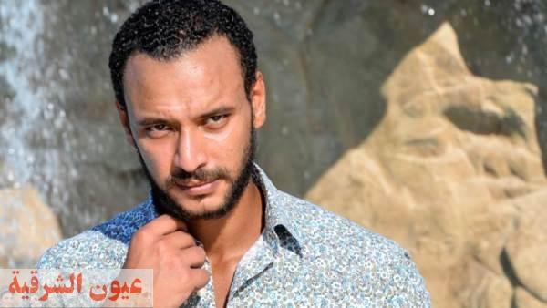 """أحمد خالد صالح» يشارك جمهوره بوستر مسلسله الجديد """"أنصاف مجانين"""