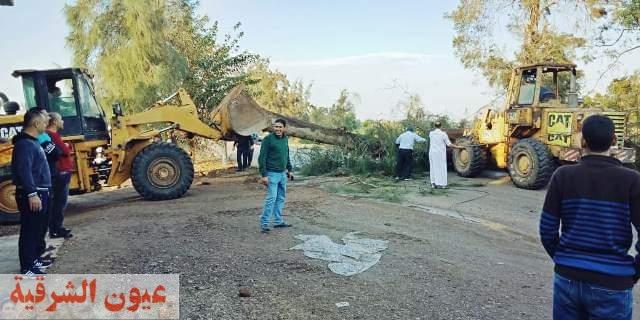نتيجة سوء الأحوال الجوية ... إستجابة سريعة وفورية لإزالة الأشجار المتساقطة على طريق السعدي / صان الحجر بالحسينية