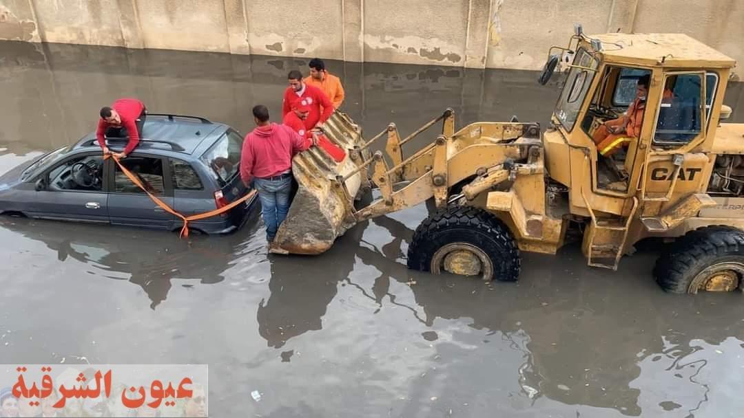 فرق الإنقاذ السريع التابعة للهلال الأحمر تشارك فى سحب وإجلاء 40سيارة للمواطنين من مناطق تكدس مياه الأمطار بالإسكندرية